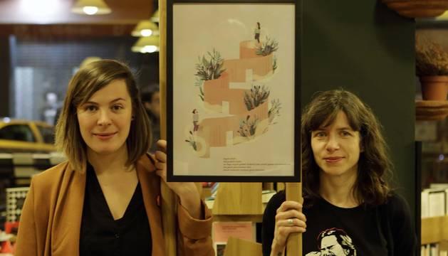 La ilustradora Liébana Goñi Yárnoz (izquierda) y la poeta Izaskun Gracia Quintana, con su obra.