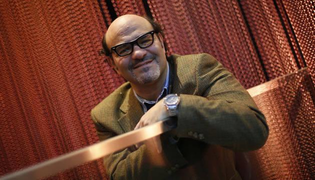 El abogado y cantante de De 2 en blues band, Miguel Ángel González en el Café Niza pamplonés.
