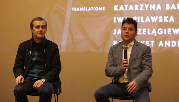 El director Raúl de la Fuente (derecha), junto al profesor de la Facultad de Comunicación de la Universidad de Navarra Efrén Cuevas.