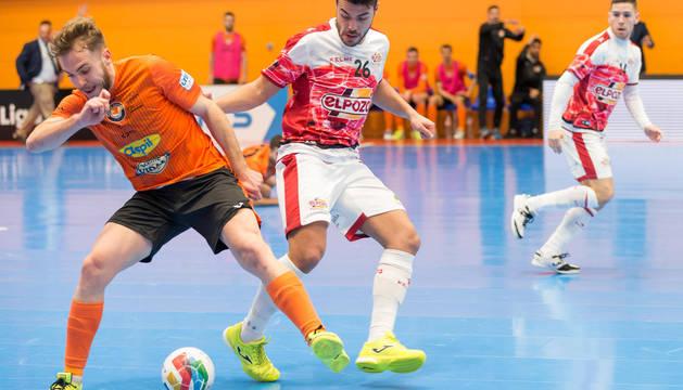 El pívot del Aspil, Pedro, defiende un balón ante el jugador de ElPozo Matteus.