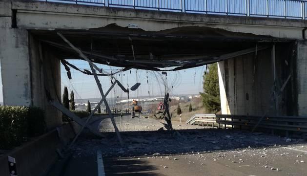 Estado en el que ha quedado el puente tras accidentarse el camión.