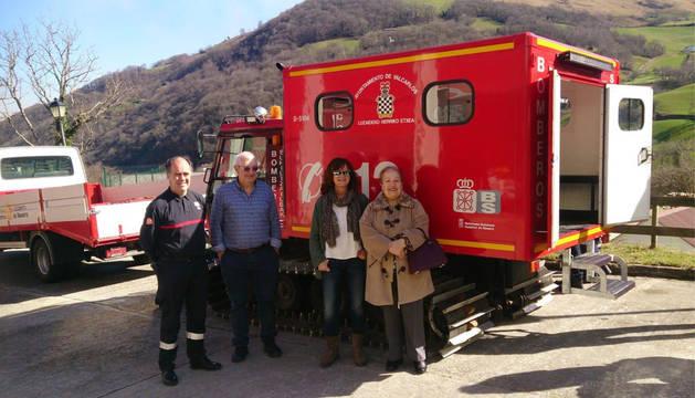 De izquierda a derecha, Javier Bayona, Javier Goicoa, Isabel Anaut y Elena Aizpuru, en la presentación del nuevo vehículo de los bomberos voluntarios de Valcarlos.