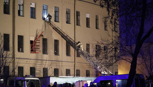 Los bomberos subiendo por la escalera para entrar dentro del edificio de la Universidad Nacional de Investigación de Tecnología de la Información, Mecánica y Óptica en San Petersburgo.