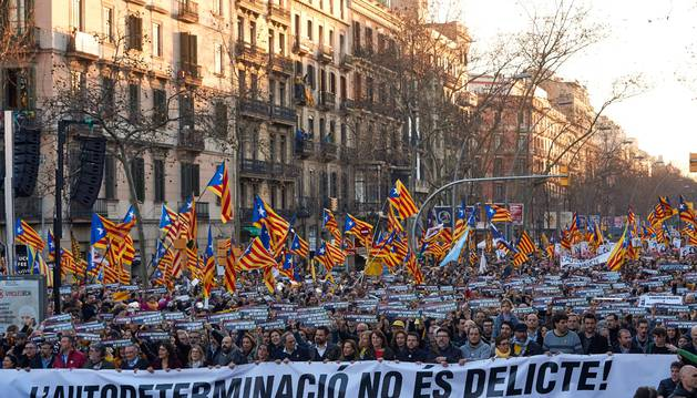 Cabecera de la manifestación convocada por ANC y Òmnium Cultural hoy en el centro de Barcelona para protestar contra el juicio del