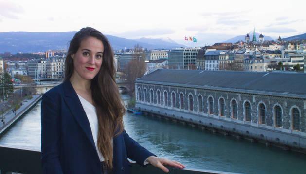 Sandra Chocarro, junto a las aguas del lago Lomán, en Ginebra. Al fondo, las torres de la Catedral de San Pedro.
