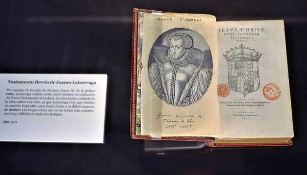 'TESTAMENTU BERRIA' DE JOANES LEIZARRAGA (1571). Por encargo de la reina de Navarra Juana III, de fe protestante, Leizarraga realizó, entre otros trabajos, la traducción del Nuevo Testamento al euskera. Leizarraga tuvo que diseñar un modelo lingüístico para hacer frente a la difícil empresa de traducir a la lengua vasca uno de los textos más comprometidos y difíciles de todos los tiempos.