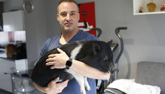 Pegui en brazos de Javier Navarro Beunza en su casa de Ororbia.