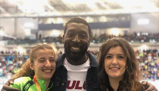 Alegría de las medallistas, Nerea Bermejo e Izaskun Turrillas, y su entrenador François Beoringyan.