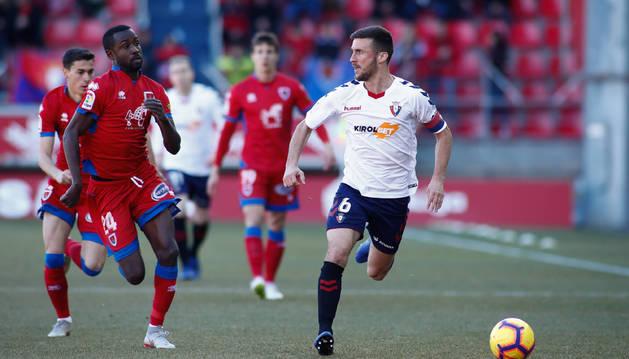 Oier Sanjurjo corre hacia el balón ante la presión de Pape Diamanka, el autor del gol local.