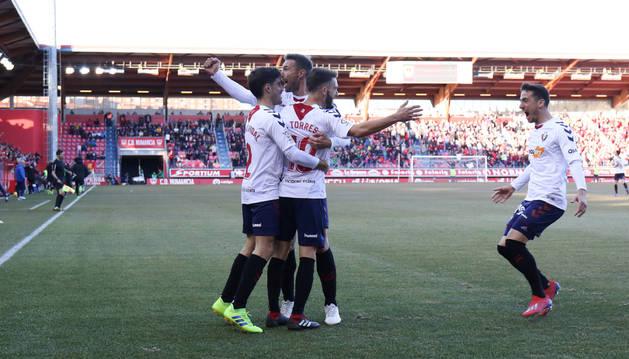 Alegría de los jugadores de Osasuna tras el tanto de Torres.