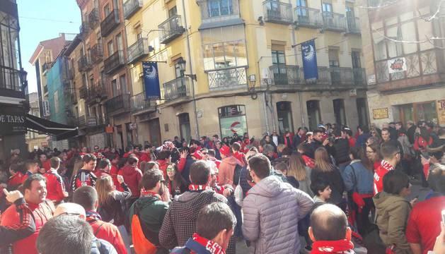 La afición de Osasuna calienta en las calles de Soria