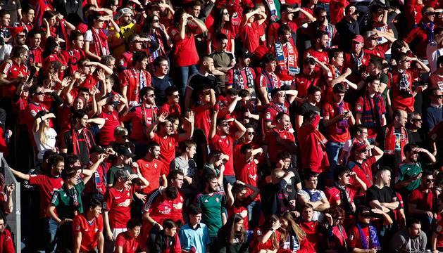 Imágenes de aficionados de Osasuna en las gradas del estadio del Numancia.