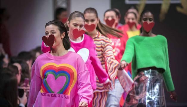 El color rosa y los corazones fueron los protagonistas de un desfile que mostró la cara más alegre de las modelos.