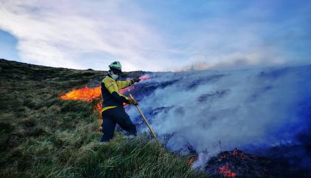 Los bomberos trabajan en la extinción de un incendio en Arantza.