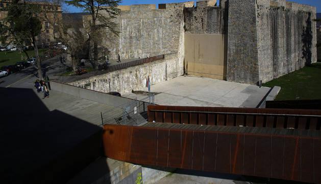 La pasarela peatonal con el frontón de Jito Alai en segundo plano, que une la Plaza de Santa María la Real con el Parque de la Media Luna, sigue vallada y está previsto su derribo.