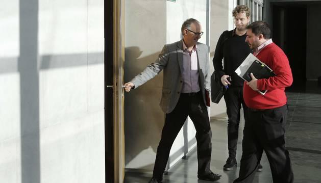 Adolfo Araiz abriendo la puerta, Maiorga Ramírez (EH Bildu) y Unai Hualde (Geroa Bai).
