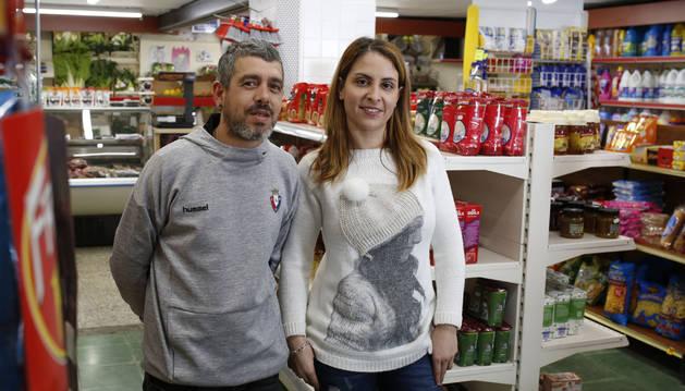 Bárbara Teixeira Silva y su marido, José Miguel Barrena Vizcano, se encargan ahora del único supermercado de Echavacoiz.