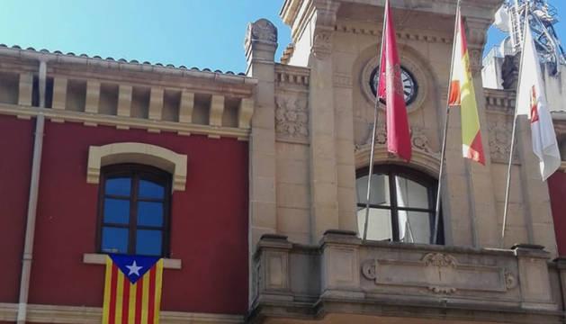 La enseña independentista colocada en la fachada principal del ayuntamiento, el pasado 11 de septiembre.