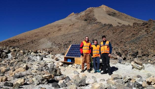 David Astrain y Leyre Catalán (izquierda), en una estación geoquímica localizada en el volcán Teide (Tenerife).