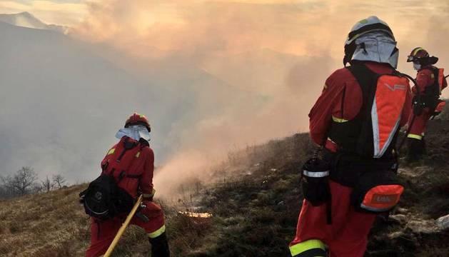 Efectivos de la UME trabajan en labores de extinción de los incendios declarados en la zona de Saja y Lamiña.