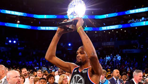 Kevin Durant recoge el premio MVP del partido de las estrellas.
