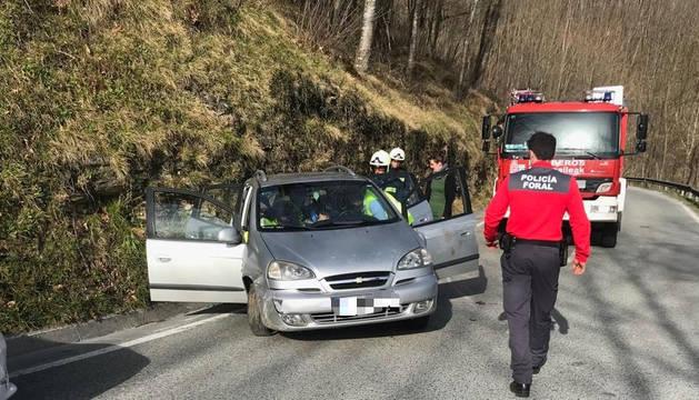 Efectivos de la Policía Foral, junto al automóvil accidentado.