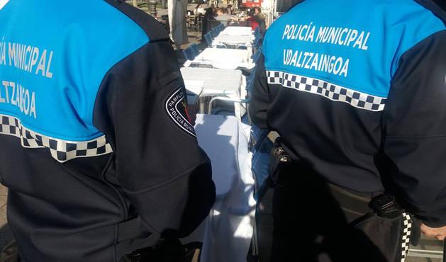 Dos agentes de Policía Municipal patrullan por los establecimientos de la Plaza del Castillo.