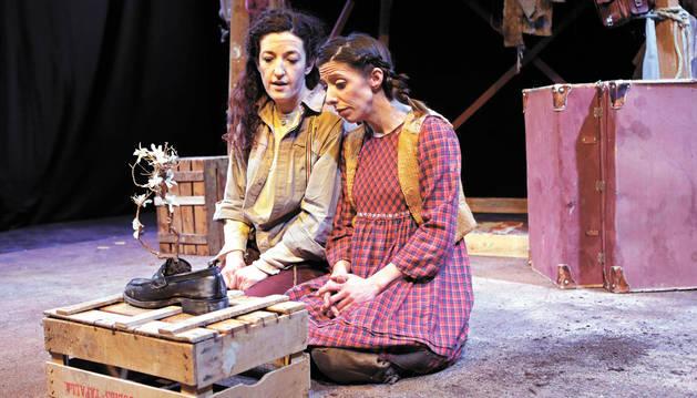 Las actrices Laura Villanueva (izq.) y Eva Azpilikueta, durante un ensayo en el centro de creación El Punto Gunea, situado en Berriozar.