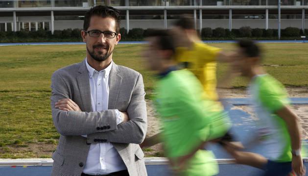 Rodrigo Domínguez, ayer en la pista de Larrabide, donde entrenan cientos de atletas.