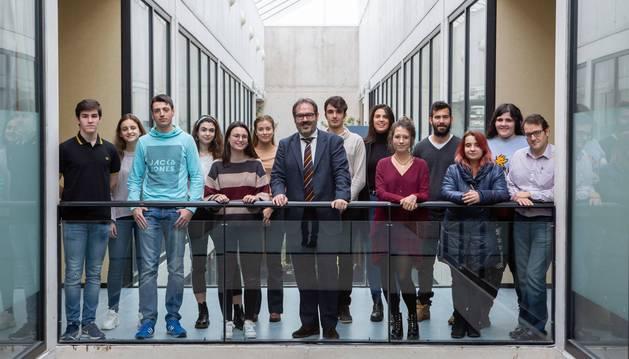 Una imagen de parte de los participantes en el programa LyDer, con el profesor Alenza.