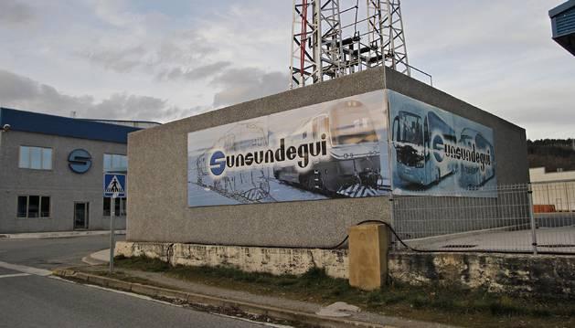 Acceso a la planta de Sunsundegui, en el polígono Ibarrea, de Alsasua.