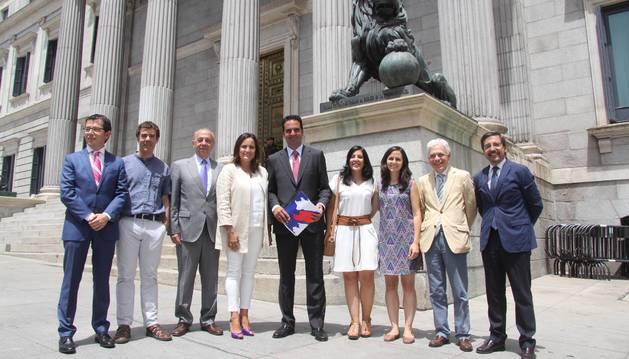 Diputados y senadores navarros posan en la puerta del Congreso, en Madrid. La fotografía es del 19 de julio de 2016, cuando se constituyeron las Cortes tras las últimas elecciones generales. De izquierda a derecha, están el senador Pachi Yanguas (UPN), el diputado Eduardo Santos (de la coalición Unidos Podemos), los senadores José Cruz Pérez Lapazarán y Cristina Sanz (ambos del PP), el diputado Íñigo Alli (UPN), la senadora autonómica Idoia Villanueva (Unidos Podemos), la diputada Ione Belarra (Unidos Podemos), el diputado Jesús Mari Fernández (PSN) y el diputado Carlos Salvador (UPN).