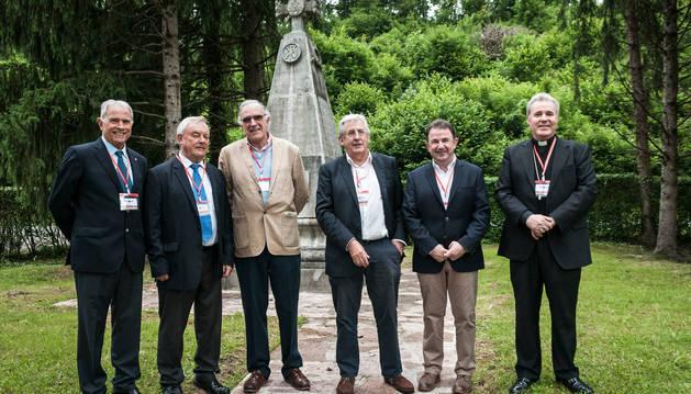 En la imagen del centenario de la asociación, Miguel Ángel Letamendia, José Antonio Zaldúa, Fermín Goñi, Pedro Etxenike, Martín Berasategui y el obispo de Bilbao, Mario Iceta.