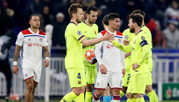 Lionel Messi se da la mano con Ivan Rakitic al fializar el partido.