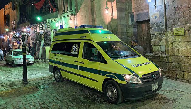 Una ambulancia llega a las inmediaciones de la mezquita Al Azhar donde se produjo la explosión.