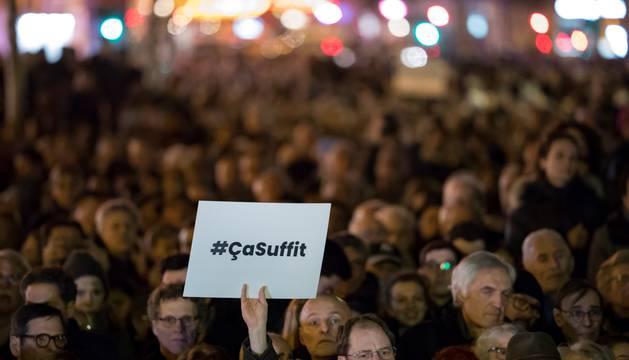 Cientos de personas participan en un mitin nacional para protestar contra el antisemitismo este martes, en la Place de la Republique en París (Francia)