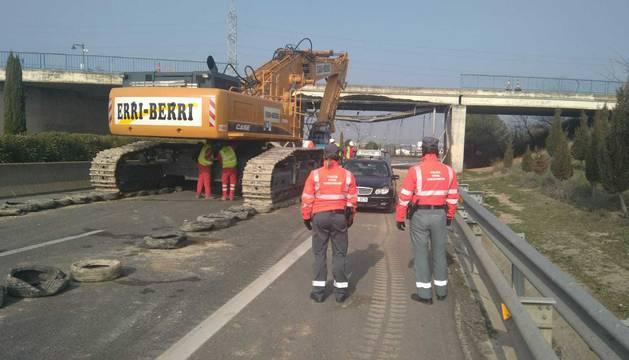 Comienza el derribo del puente de la N-121-C en Tudela, que fue golpeado por un camión