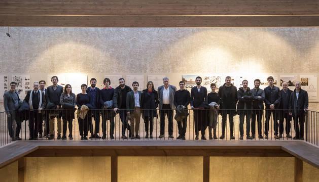 Representantes de los siete estudios de arquitectura seleccionados, con el alcalde Joseba Asiron.