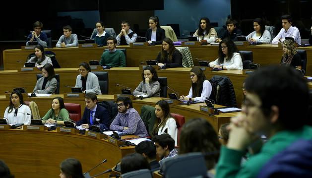 El hemiciclo navarro rejuveneció ayer con el debate sobre la democracia protagonizado por alumnos de 1º de los grados de Magisterio de la UN.