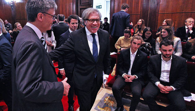 El secretario general de la OEA, Luis Almagro, a su entrada al Aula Magna de la Universidad de Navarra.