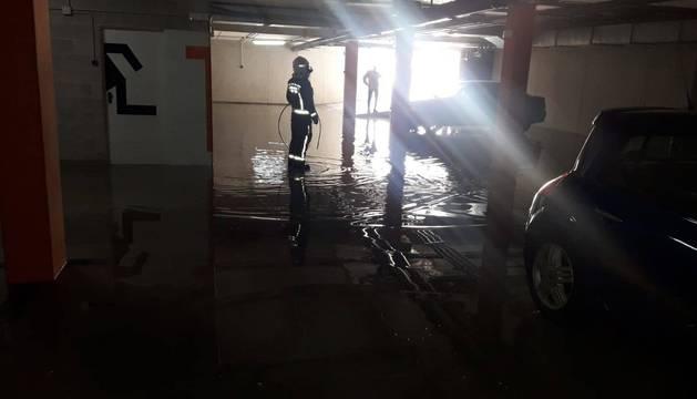 La rotura de una tubería inunda un garaje en Zizur Mayor