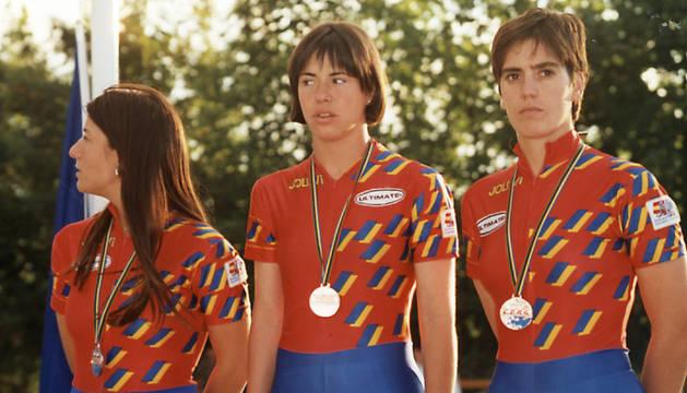 Sheila Herrero, Edurne Elcano y Araceli Larrea -integrantes del equipo nacional-, en el podio del Mundial de 1996.