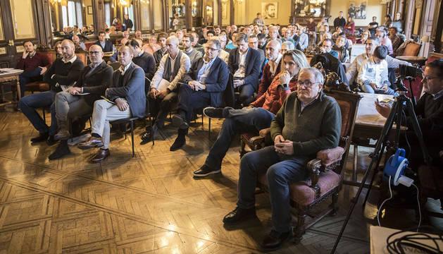 Una vista de la sala del Nuevo Casino con los asistentes al foro de Diario de Navarra, con el presidente Luis Sabalza en primer plano a la derecha.