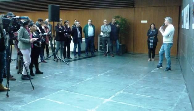 Los parlamentarios escuchan las explicaciones del fotoperiodista de Diario de Navarra Iván Benítez.