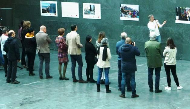 Los parlamentarios escuchan las explicaciones del fotoperiodista de Diario de Navarra Iván Benítez