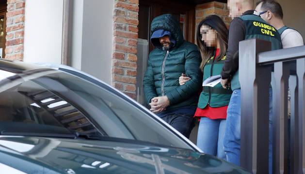 Agentes de la Guardia Civil trasladan al detenido como presunto inductor del asesinato del concejal de Llanes Javier Ardinesa la vivienda que posee en la parroquia de Belmonte de Pría.
