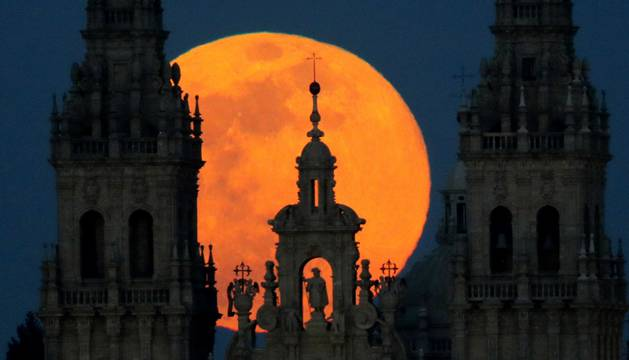 La superluna sobre la catedral de Santiago este martes.
