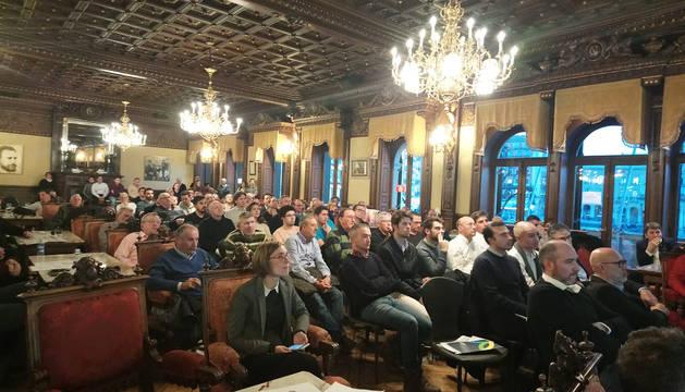 Los asistentes siguen con atención la exposición de los proyectos de reforma de El Sadar.