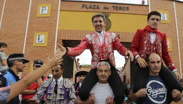 Pablo Hermoso de Mendoza y su hijo Guillermo salen a hombros  de la plaza de toros de Sangüesa, el pasado septiembre.