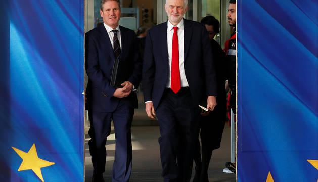 El líder laborista y principal opositor británico, Jeremy Corbyn, con el jefe negociador de la Unión Europea (UE) para el